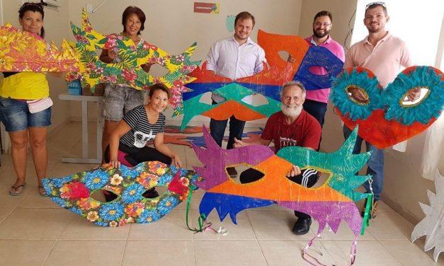 Carnaval de Búzios ganha decoração feita de material reciclável
