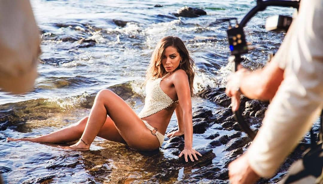 Anitta grava clipe de hit do novo álbum em Búzios