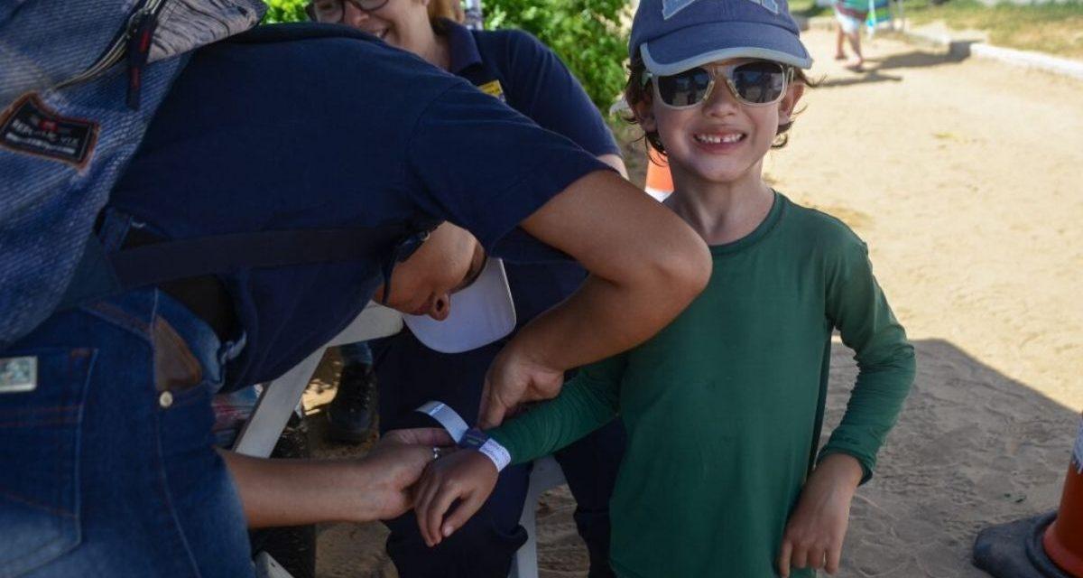 Crianças ganham identificação com pulseiras na Praia de Geribá
